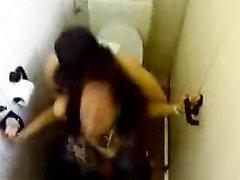 Скрытая камера в туалете сняла очередное любительское видео с возбуждённой парой