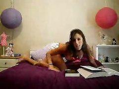 Студентка на вебкамеру разделась, чтобы мы могли смотреть на её прекрасное тело