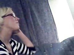 Толстый мужик обожает трахать в рот молодую блондинку в очках, согласную сосать для домашнего видео