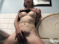 Молодая блондинка в ванной дрочит волосатую киску для немецкого любительского порно