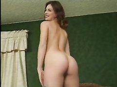 Для домашнего порно выбрали самую красивую и фигуристую студентку с приятной улыбкой