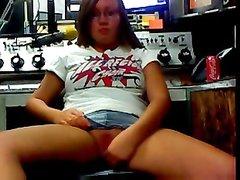 Немка в очках по вебкамере показывает лучшую онлайн мастурбацию мокрой дырочки