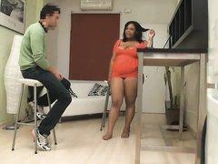 Полная бразильянка с большими сиськами соблазнила клиента и пара не удержалась от домашнего секса на белом диване