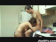 На кухне молодая пара садится за стол только после домашнего секса с обоюдным оргазмом