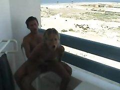 Любительское видео с интимом от горячей четы на открытой террасе в гостиничном номере