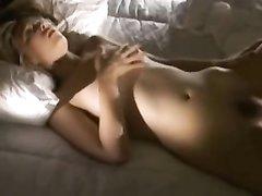 Жена не знает о скрытой камере супруга, снимающей видео постель, поэтому мастурбирует киску
