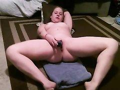 Болгарка легла на пол с секс игрушкой для любительской мастурбации дырочки