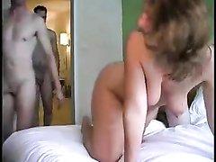 Парни навестили жену друга для домашнего секса втроём, гречанка хорошо провела с ними время