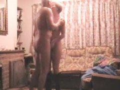 У зрелой пары всё ещё большой интерес к домашнему сексу на диване в свободное время