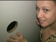 Голодная до орального секса женщина показывает домашний минет на члене, высунутом через дырку в перегородке