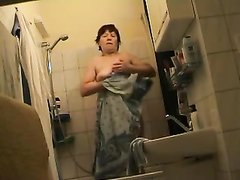 В ванной скрытая камера снимает любительское видео со зрелой леди с обвисшими прелестями