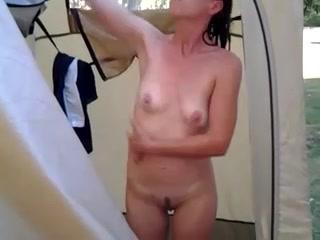 Зрелая фигура брюнетки в ванной всё ещё горячее и смотреть достаточно интересно