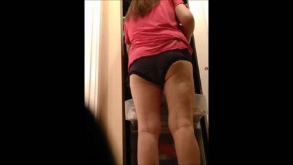 Любительское видео со скрытой камеры снявшей зрелую толстуху в обнажённом состоянии
