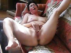 Зрелая брюнетка с не красивыми лицом и фигурой в видео делает домашнюю мастурбацию