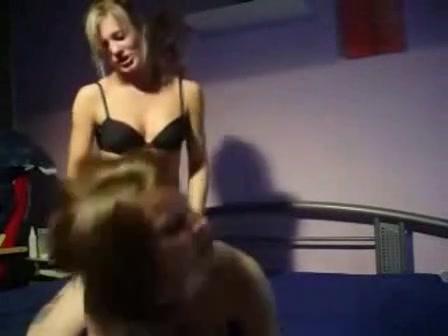 Игривые красотки для домашнего лесбийского секса приобрели страпон с большой скидкой