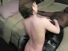 Любительское межрассовое порно с нежным негром и страстной англичанкой, обожающей сосать