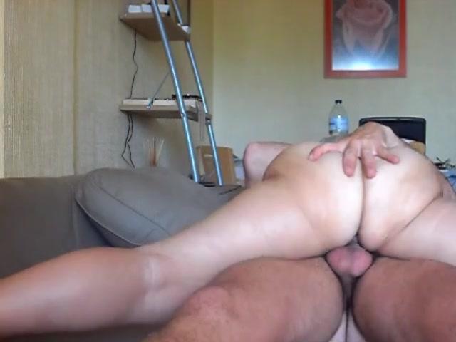 Длинноногая брюнетка обожает домашний секс в верхнем положении, поэтому лежит на партнёре