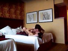 Супружеская измена в объективе скрытой камеры, брюнетка пригласила для секса хахаля