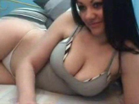 Грудастая итальянка оказавшись возле вебкамеры начинает онлайн шалить