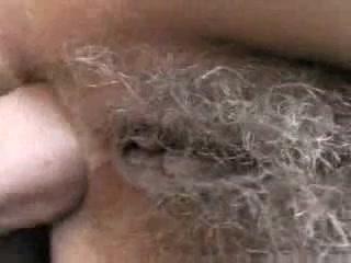 В любительском видео чувак лижет волосатую киску и трахает в попу зрелую партнёршу