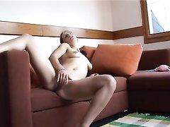 Худая леди из Праги крупным планом дрочит сочную киску, приятель снял её на видео