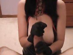 Женщина с красивыми и большими сиськами одела корсет на порно свидание, чтобы дрочить член на камеру