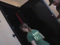 Молодая краля в любительском порно на бильярдном столе трахает киску прозрачным дилдо