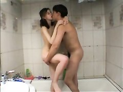 Для домашнего секса молодая пара отправилась в ванную, захватив с собой камеру