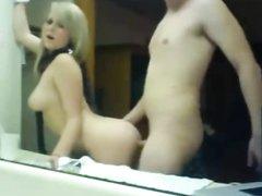 Стройная и гибкая блондинка перед большим зеркалом стонет от секса с поклонником