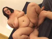 Толстая женщина нуждается в домашнем сексе и трахается с озабоченным бездельником