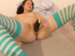 Брюнетка в полосатых чулках для мастурбации использует твёрдый предмет вместо секс игрушки