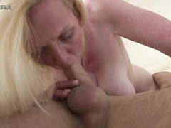 Зрелая блондинка в чулках балдеет от домашнего орального секса с куни и отсасыванием члена