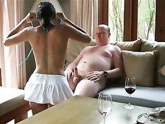 Зрелый британец заказал азиатскую шлюху для любительского межрассового секса