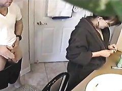 Домашний секс испанской пары с бритьём щетины, а также минетом и риммингом с проникновением