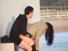 Любительский секс влюблённой пары на набережной снят скрытой камерой
