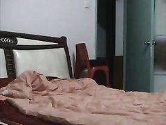 Азиатская пара балдеет в постели от домашнего секса с мастурбацией клитора
