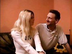 Домашний секс с британской блондинкой прекрасен и чувак даже влюбился в неё