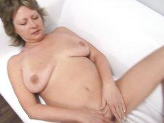 Чешской зрелой леди с обвисшими сиськами нравится оральный секс от первого лица