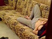 Жена сварщика на диване дрочит киску в домашнем порно снятом на скрытую камеру