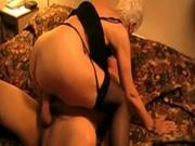 Зрелая жена блондинка надела чулки для любительского порно свидания с другом
