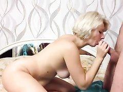 Сладкая блондинка в домашнем видео сосёт член и трахается в зрелую киску в позе на карачках