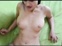 В любительском немецком порно молодая модель сосёт ствол поклоннику и даёт ему в киску