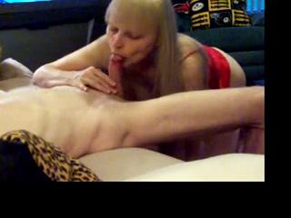 Зрелая и умелая блондинка в оральном порно демонстрирует шикарный минет