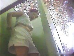 Любительское видео со скрытой камеры в пляжной кабине со зрелой дамой крупным планом