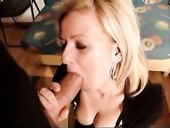 Домашнее порно со зрелой блондинкой, показывающей оригинальный минет с глотанием спермы