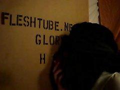 Дама с повязкой на глазах в интимном видео сосёт член незнакомца через дырку в стене из картона