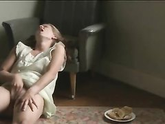 Немка сидя на полу и на кресел увлечена мастурбацией, видео снимает любительская камера