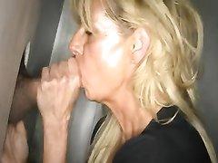 Домашний минет от зрелой блондинки, сосущей в видео член незнакомца через дырку в стене