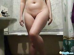Молодая брюнетка в видео моется голой в ванной, сверкая большими сиськами и попой