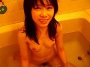 В ванной азиатка с маленькими сисками и с волосатой киской стонет от любительского секса